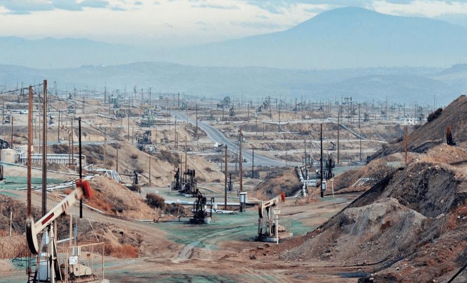 Este é o cenário de destruição no campo de petróleo da Chevorn em Sierra Nevada, na Califórnia. Foto: Newsweek/Percy Feinstein Corbis