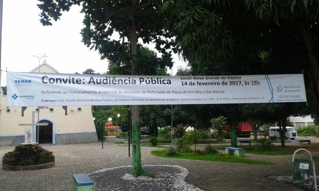Faixa 'convidando' para a audiência pública no Piauí não alerta para a importância do tema e participação da população, muito menos dos riscos de contaminação, explosões e incêndios que a atividade minerária provoca
