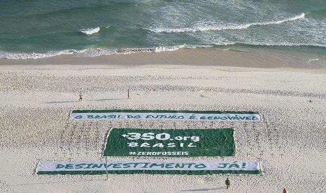 Protesto na praia da Barra pede um futuro com energias renováveis
