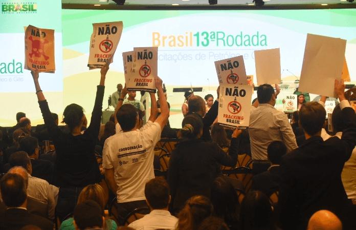 Desde 2013 a Coalizão Não Fracking Brasil esteve presente diversos em leilões e mandou um claro recado para os investidores: Desenvolvimento só com renováveis. Foto: COESUS/350Brasil