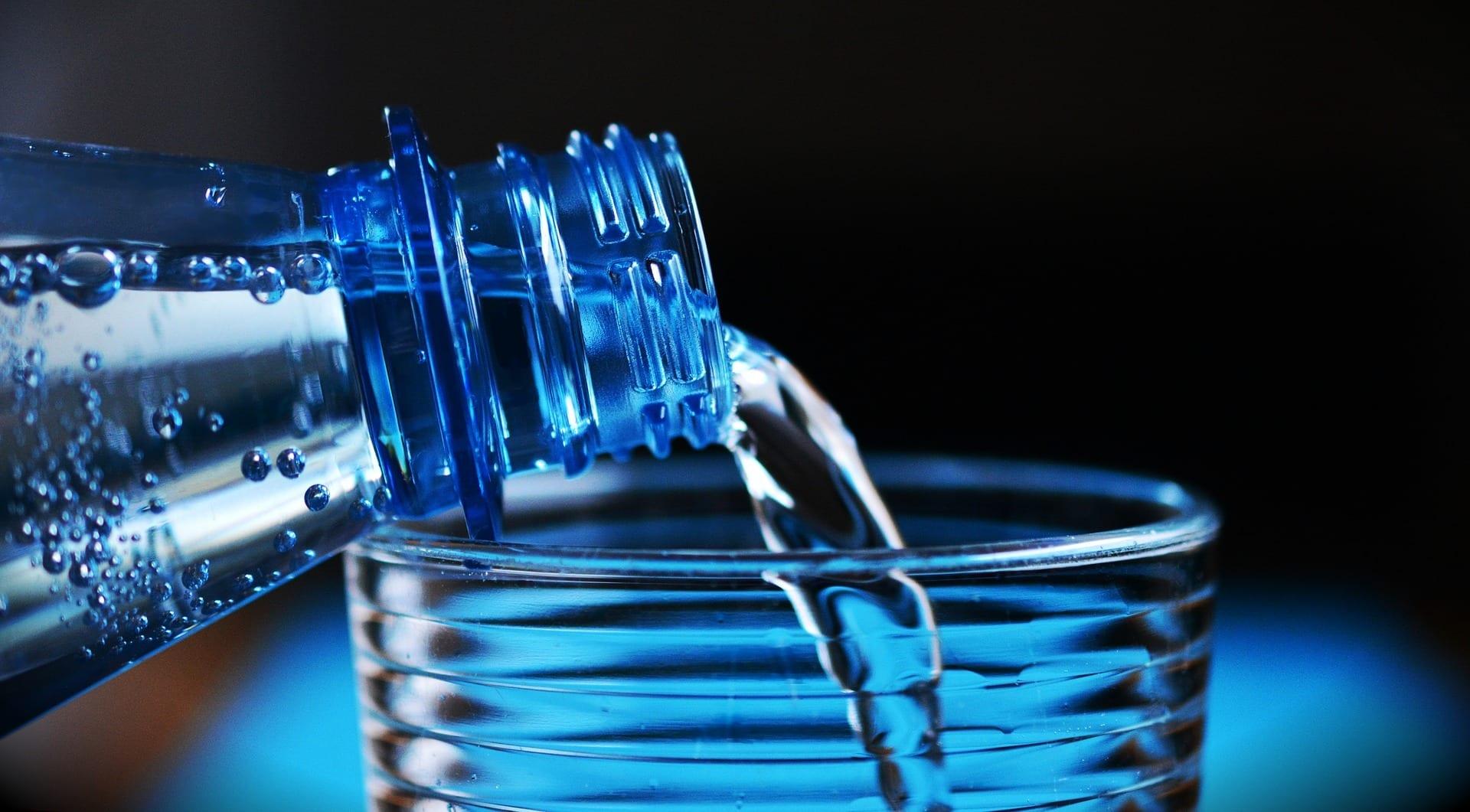Nestlé faz bilhões de garrafas de água pagando quase nada