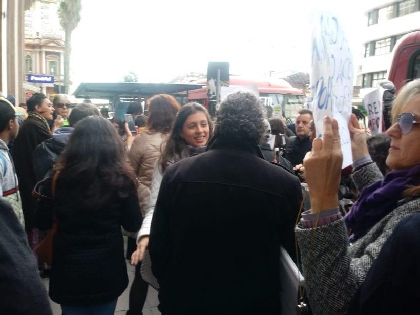 """""""Como vamos ficar? Sem casa, sem água e ainda por cima doentes"""", diz comerciante durante manifestação"""